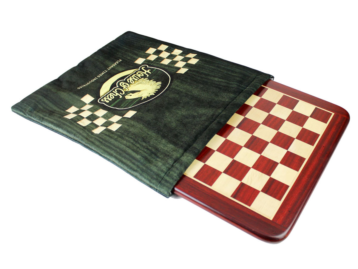 Cushioned protective case provided with the chess board